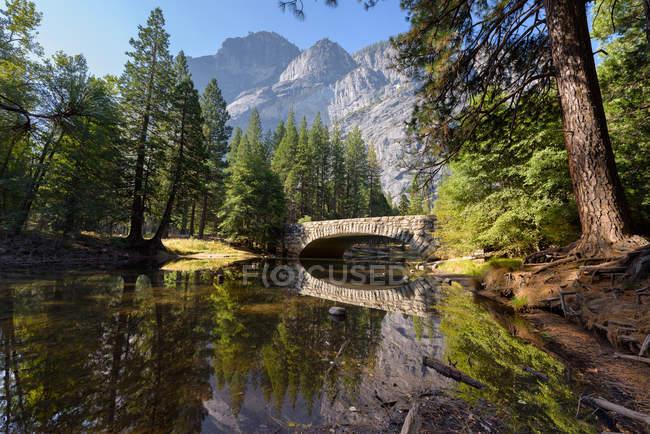 Vue panoramique sur Merced River, parc national de Yosemite, Californie, Amérique, États-Unis — Photo de stock