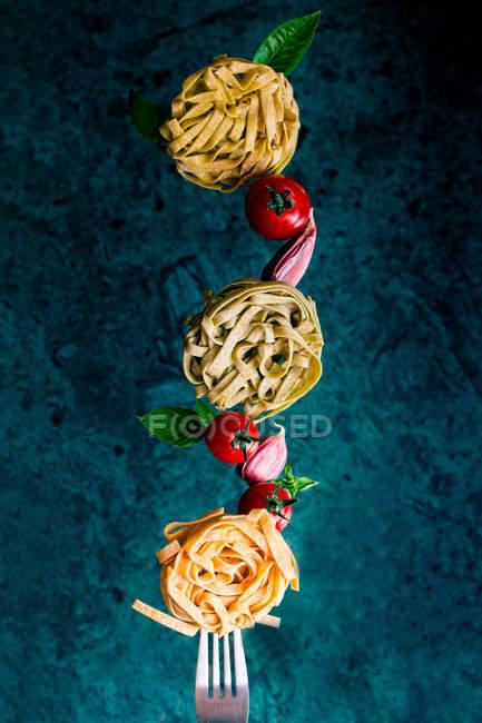 Closeup view of Ingredients for tomato pasta dish — Stock Photo