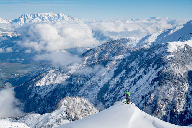 Pintoresco plano de picos de montaña cubiertos de nieve - foto de stock