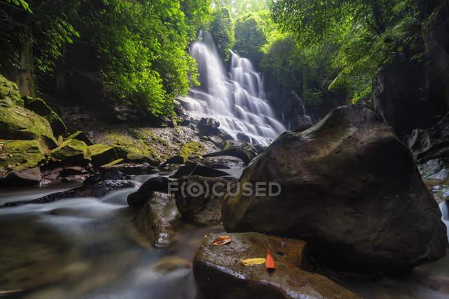 Vista panorâmica da cachoeira Kanto lampo, Gianyar, Bali, Indonésia — Fotografia de Stock