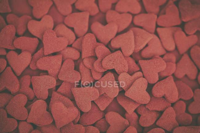 Visão aérea de aspersores em forma de coração vermelho — Fotografia de Stock
