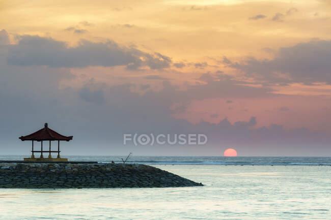 Схід сонця на пляжі Санур, Балі, Індонезія — стокове фото