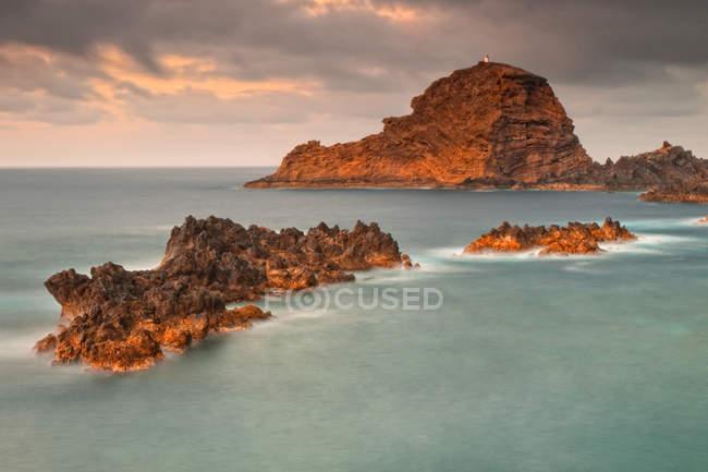 Vista cénico do litoral rochoso majestoso, Porto Moniz, madeira, Portugal — Fotografia de Stock