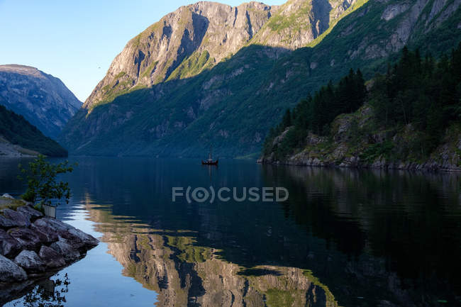 Vista panorâmica de Mountain fjord, Gudvangen, Aurland, Sogn og Fjordane, Noruega — Fotografia de Stock