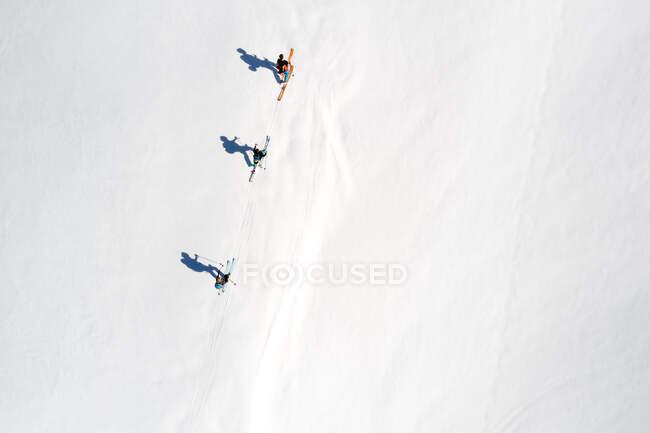 Ripresa aerea degli sciatori sulla montagna innevata — Foto stock