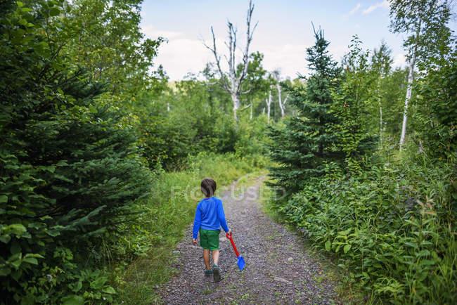 Junge läuft auf Waldweg — Stockfoto