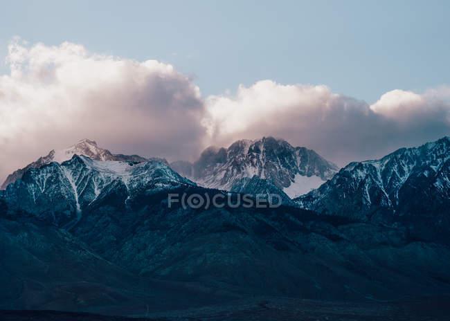 Живописный вид на гору Уитни, горный хребет Сьерра-Невада, Калифорния, США — стоковое фото