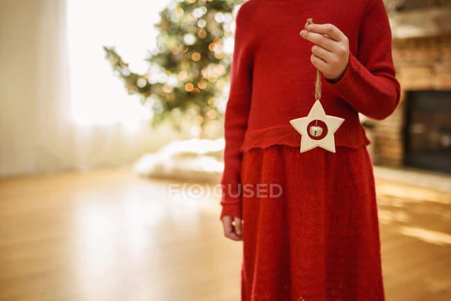 Обрізаний образ дівчини тримає зірку форму різдвяні прикраси — стокове фото