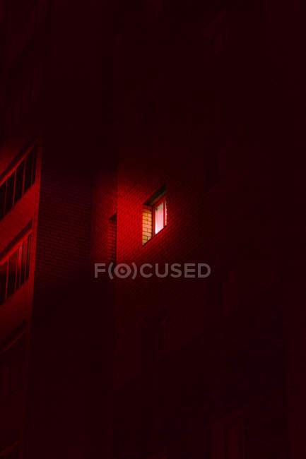 Lumière rayonnant à travers une fenêtre dans un immeuble d'appartements, Russie — Photo de stock
