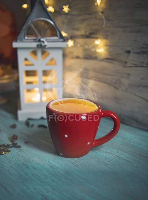 Foto acolhedora de xícara de chá ao lado de uma lanterna — Fotografia de Stock