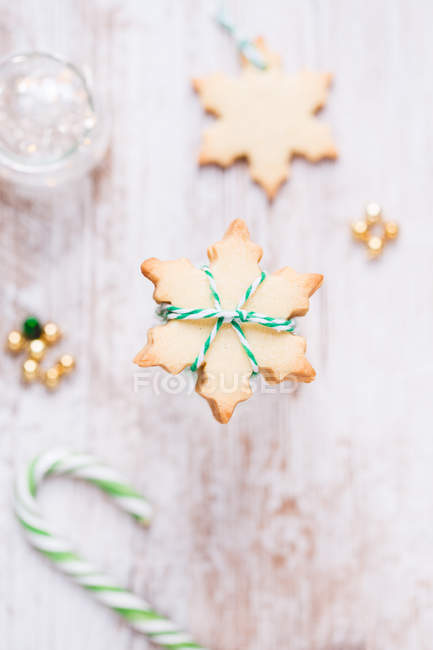 Крупным планом свежий снежинка формы печенья украшения — стоковое фото