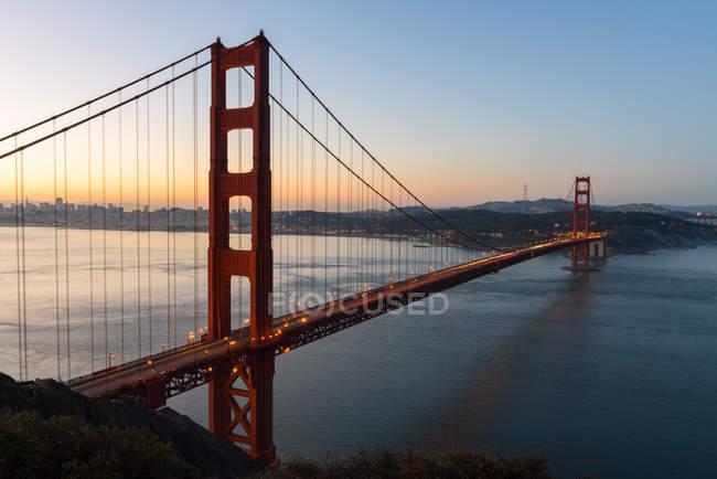 Мальовничий вид на міст Золоті ворота на заході сонця, Сан-Франциско, Каліфорнія, Америка, США — стокове фото