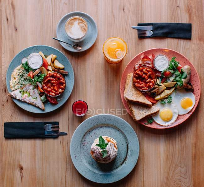 Яйця і бекон сніданок для двох, вид зверху — стокове фото
