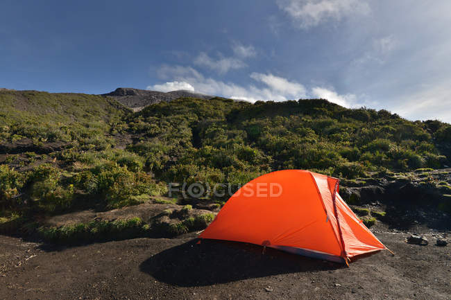 Aussichtsgenussige Aussicht auf Zelt auf dem Berg Kerinchi, Sumatra, Indonesien — Stockfoto
