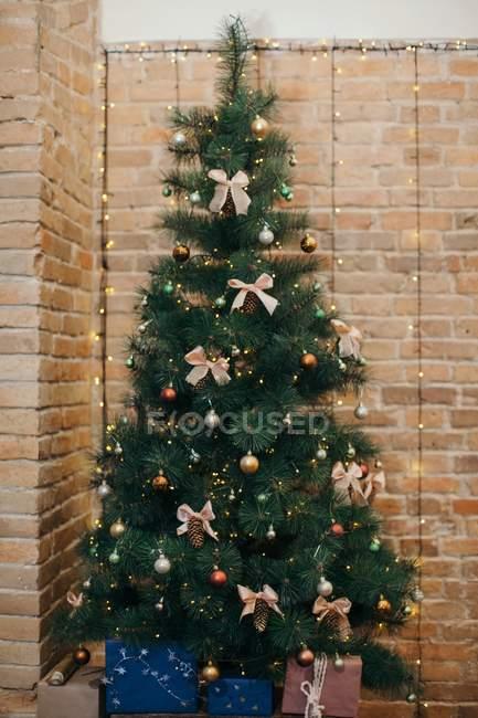 Vue panoramique de Cadeaux sous un sapin de Noël — Photo de stock