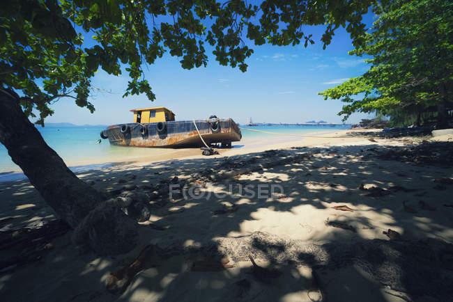 Barca ancorata su una spiaggia, Krabi, Thailandia — Foto stock