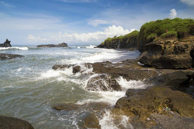 Мальовничий вид на скелястому узбережжі, Beraban, Балі, Індонезія — стокове фото