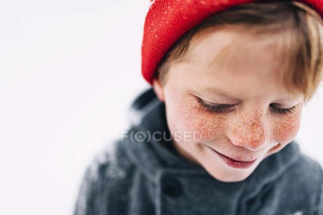 Портрет усміхненого хлопця з веснянками. — стокове фото