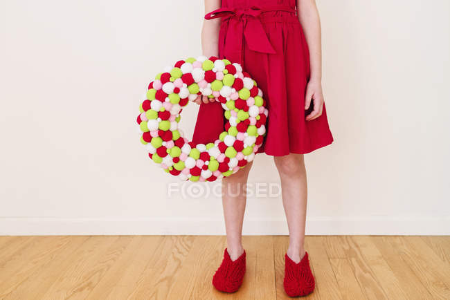 Girl holding a valentines Day wreath — стокове фото