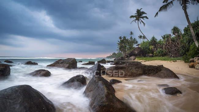 Vista panoramica sulla spiaggia di Polhena al tramonto, Provincia del Sud, Sri Lanka — Foto stock