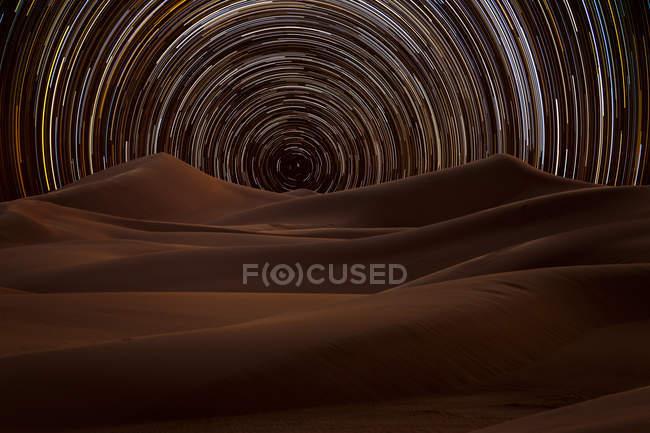 Sendero de estrellas en el desierto, Arabia Saudita - foto de stock
