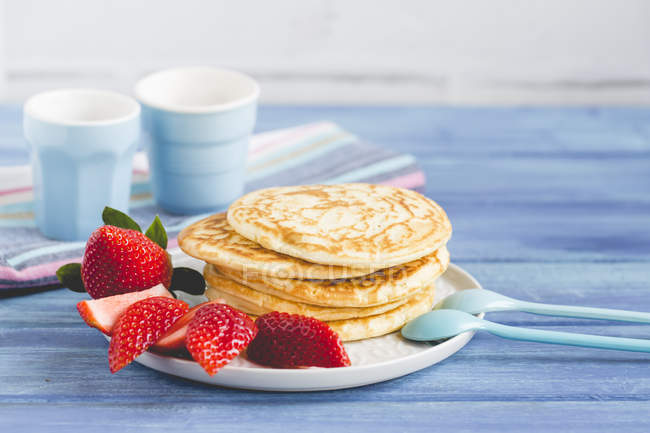 Stack of pancakes with fresh strawberries, closeup view — Stock Photo