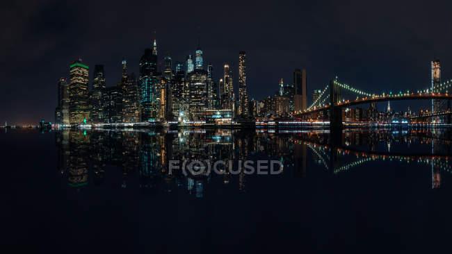 Skyline della città e ponte di Brooklyn di notte, Manhattan, New York, America, Stati Uniti — Foto stock