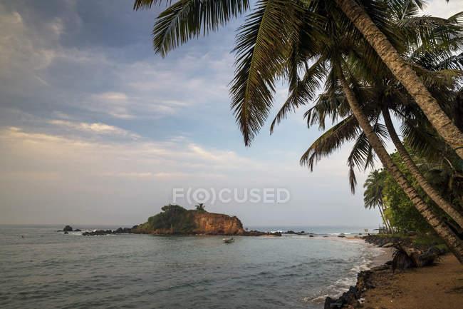 Vista panoramica sulla spiaggia tropicale, Mirissa, Matara, Provincia meridionale, Sri Lanka — Foto stock