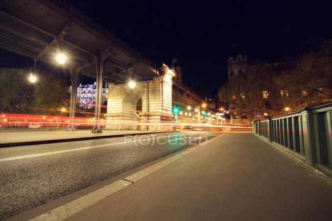 Живописный вид на движение в городе ночью, Париж, Франция — стоковое фото