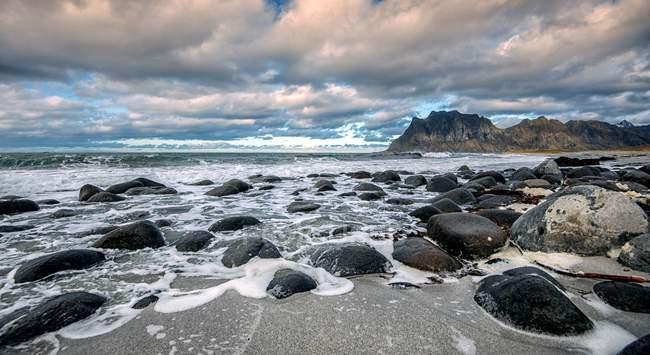 Живописный вид на пляж Утаклеев в Вествагой, Лодзь, Норвегия — стоковое фото