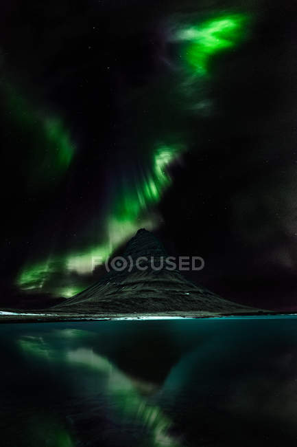 Живописный вид на северное сияние над горой Киркьюфелл, Северо-Западный регион, Исландия — стоковое фото