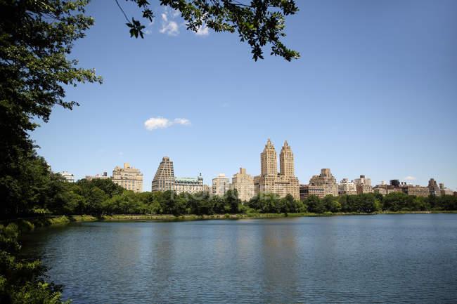 Vista panorámica del embalse Jackie Kennedy Onassis, Central Park, Manhattan, Nueva York, América, Estados Unidos - foto de stock