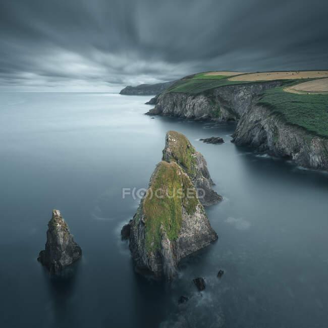 Colpo scenico di belle rocce in riva al mare nella giornata nuvolosa — Foto stock