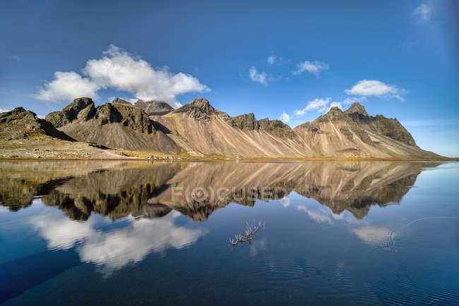 Vista panorámica del paisaje de montaña, Islandia sureste Vestrahorn, Stokksnes, - foto de stock