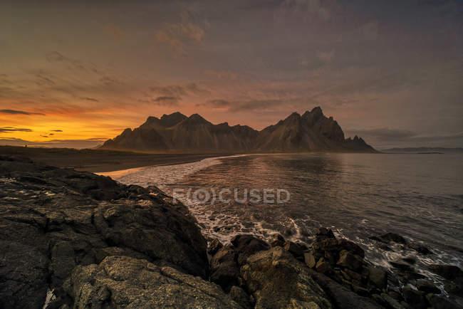 Vue panoramique sur le coucher du soleil au Vestrahorn, Stokksnes, sud-est de l'Islande — Photo de stock