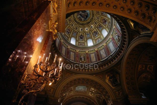 Внутренний вид на собор Св. Стефана с низким углом, Будапешт, Венгрия — стоковое фото