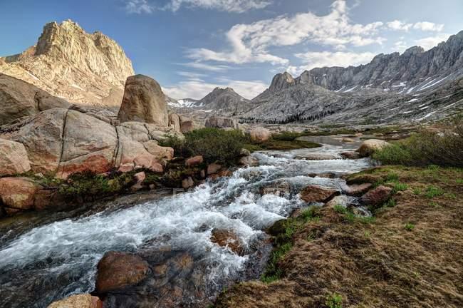 Rock Creek und Mount Mcadie in Gehrung Becken, Sequoia National Park, Kalifornien, Amerika, Usa — Stockfoto