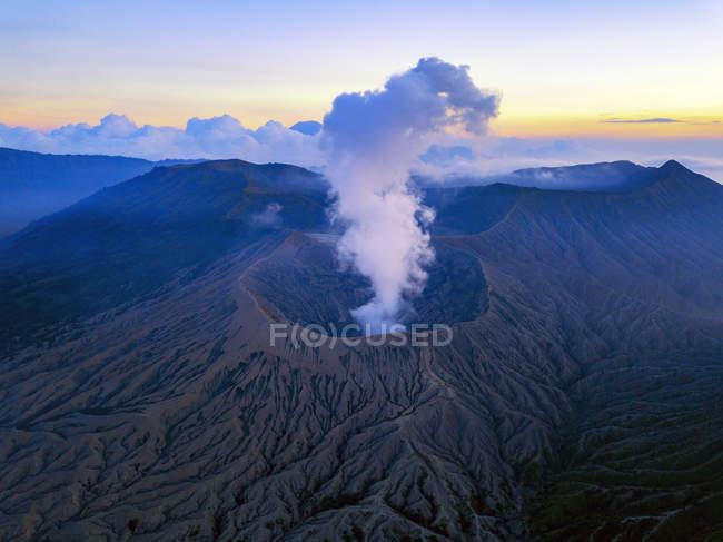 Pôr do sol no Bromo Tengger Semeru National Park, em East Java, Indonesia, tiradas com um zangão. Nuvens baixas visíveis ao redor da cratera do Monte Bromo. — Fotografia de Stock