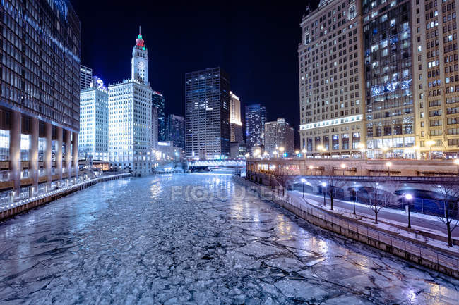 Vista panorámica del río congelado en invierno, Chicago, América, EE.UU. - foto de stock