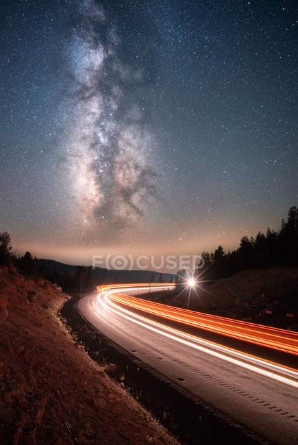 Milky Way above cars driving along a mountain road, Mt Rose, Nevada, Stati Uniti — Foto stock