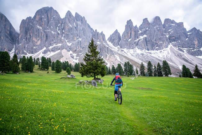 Femme VTT près de Funes, Trentin, Tyrol du Sud, Italie — Photo de stock