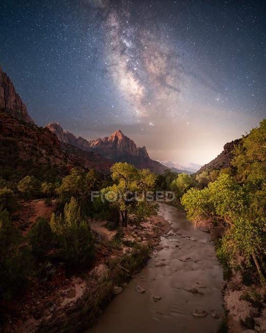 Via Láctea acima do Virgin River And Watchman Mountain, Canyon Junction, Zion National Park, Utah, Estados Unidos — Fotografia de Stock