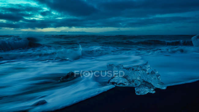 Diamond Beach ao nascer do sol, Jokulsarlon, Vatnajokull National Park, Sudeste da Islândia — Fotografia de Stock