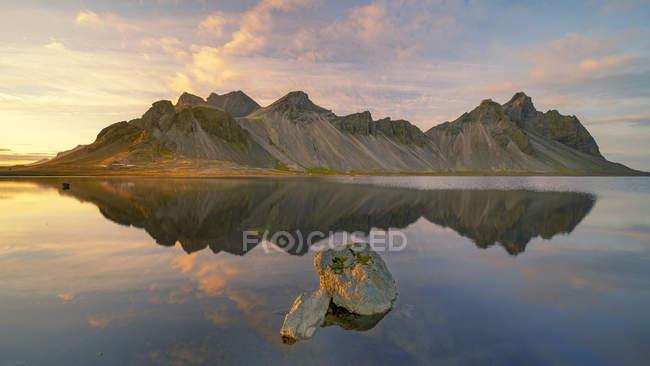 Scenic view of Sunset at Vestrahorn, Stokksnes, Southeastern Iceland — Stock Photo
