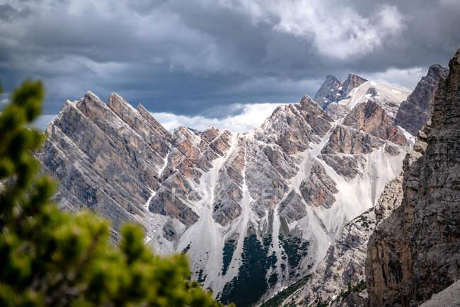 Vue panoramique sur les sommets de montagne, parc National de Fanes-Sennes-Braies, Dolomites, Trentin, Tyrol du Sud, Italie — Photo de stock