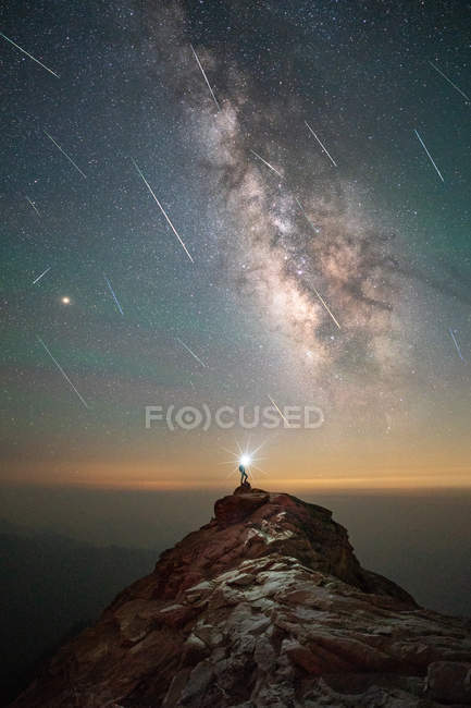 Man With Head Torch at Meteor Shower, Milky way night sky — Photo de stock