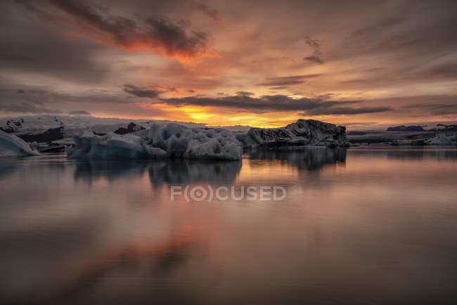 Vista panorâmica do pôr do sol na Lagoa do Glaciar Jokulsarlon, sudeste da Islândia — Fotografia de Stock