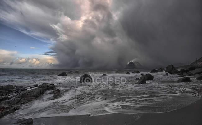 Sturm nähert sich Strand, Myrland, Flakstad, Nordland, Lofoten, Norwegen — Stockfoto