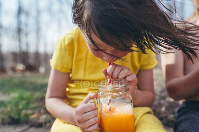 Menina desfrutando de uma bebida de verão na natureza — Fotografia de Stock