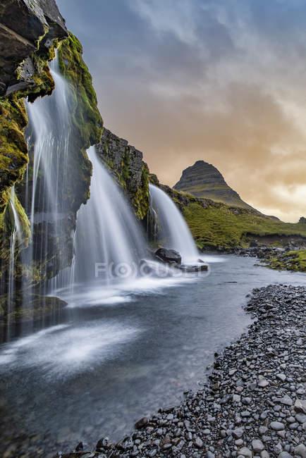 Vista panorâmica do nascer do sol em Kirkjufellsfoss, Grundarfjordur, oeste da Islândia — Fotografia de Stock